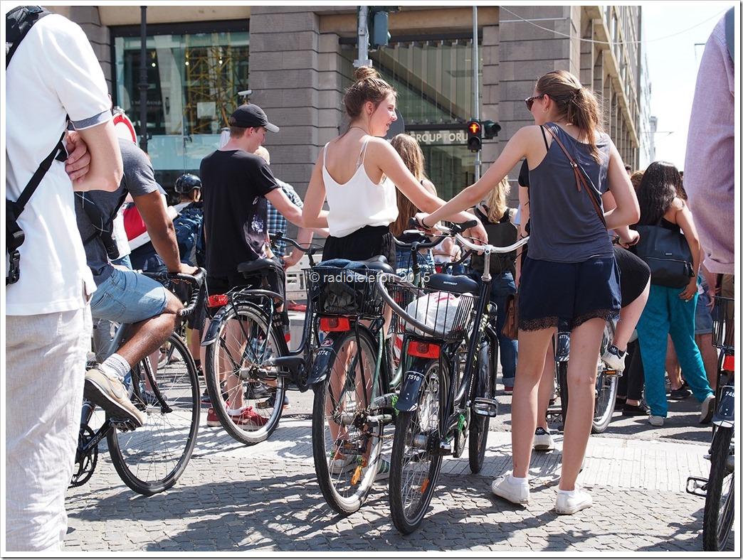 Touristinnen mit Fahrrad Berlin Friedrichstraße